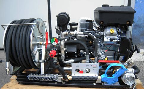 Les groupes motopompes à haute pression sont destinés à être posées sur une citerne ou bien pour être utilisées de façon autonome. Versions de 50,70,80 et 100 L/min. à 40 et 50 Bars - 135 L/mn à 20 bars - 42 L/min. à 100 et 150 Bars - 34 L/mn à 170 bars avec moteurs Essence de 9, 14 et 18 CV et moteurs Diesels de 10, 11, 12, 15 et 19 CV. En montage de base, ils sont dépourvus de dévidoir avec tuyau et lance haute pression. La largeur augmente de 290 mm en cas d'assortiment avec dévidoir en acier avec 50 mètres de tuyau.