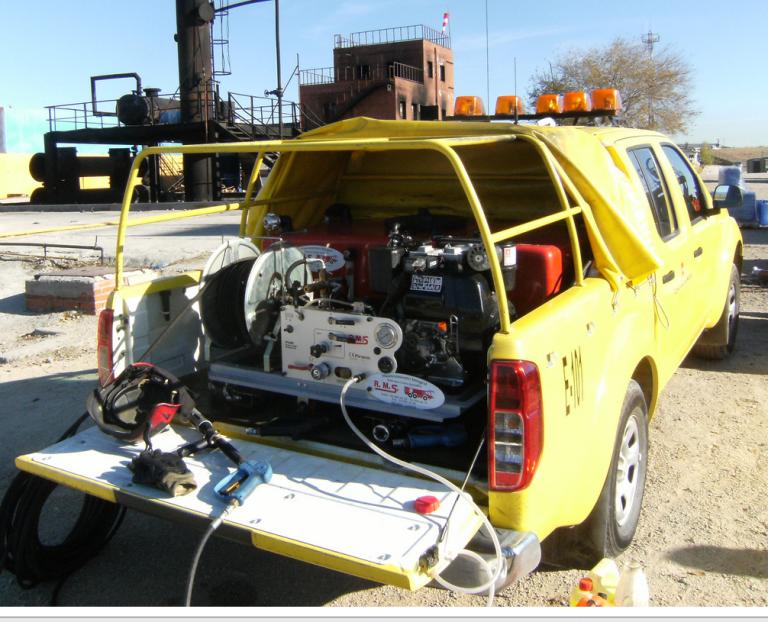 Disponibles dans les versions de 100, 150, 200, 350, 400, 500, 600, 800, 1000, 1250, 1500, 2000, 2500, 3000 et 3500 Litres. Forme en L, cubique et spéciale pour montage sur Quad. Possibilité d'assortir des pompes de: 50, 70, 80 et 100 Litres/min. à 40 et 50 Bar ; 135 Litres./min. à 20 bar - 42 Litres/min. à 100 et 150 Bar avec moteur essence de 9, 14 et 18 chevaux et moteurs diesel de 10, 11, 12, 15 et 19 chevaux. Modules complets avec: lance avec commutateur pour jet plein et diffusé - capacité de 40 Litres/min. – dévidoir en acier complet avec 50 mètres de tuyau en PVC pour pompe à membrane et tuyau R1 métallique pour pompe à piston - filtre à cartouche interchangeable positionné sur la ligne d'aspiration - tuyau trop plein orientable vers le bas - soupape à triple voie DN 45 avec raccordement en cuivre UNS 804 pour amorçage extérieur au réservoir ou pour remplissage d'une citerne ou d'une bouche d'incendie - niveau à vases communicants - trou d'homme DN 330 pour inspection intérieure- accélérateur manuel- clé de démarrage et arrêt - prédisposition pour 2ème tuyau de refoulement avec raccords rapides - soupape d'alimentation dévidoir principal et second tuyau de refoulement, poignée de branchement, débranchement et régulation de pression - soupape de régulation de pression - manomètre de visualisation de pression - 6 mètres de tuyau d'aspiration spiralé avec soupape de fond en cuivre UNS 25 - soupape inférieure de drainage - différents raccords de jonction avec le groupe pompe - manuel d'usage et d'entretien.